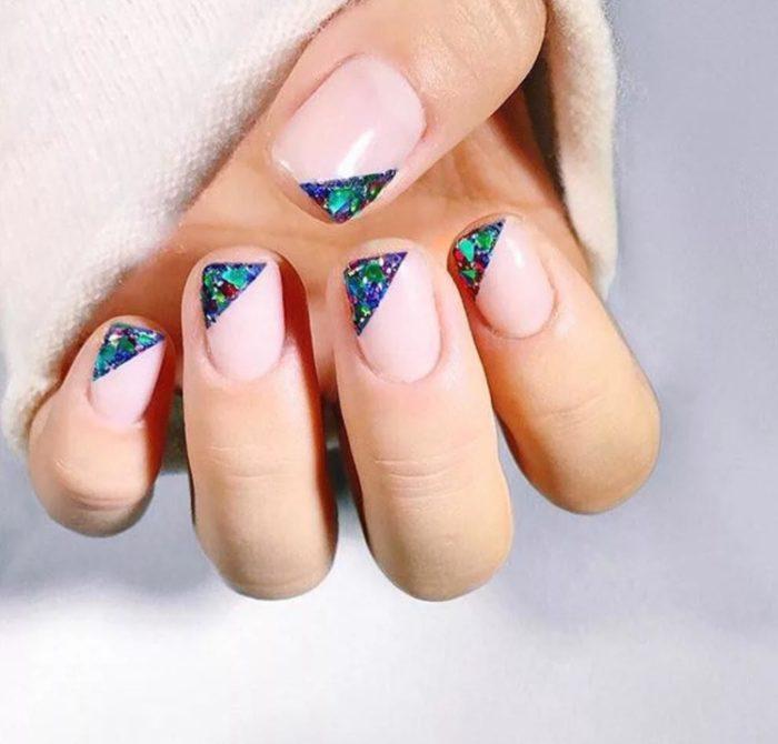 Идеи новогоднего маникюра на короткие ногти 2022 года с фото